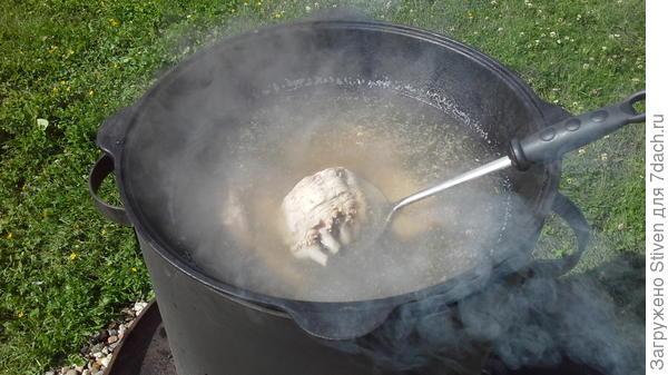 Ребра положить в кипящую воду