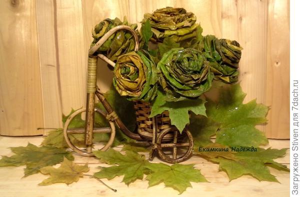 Осенний букет роз их кленовых листьев