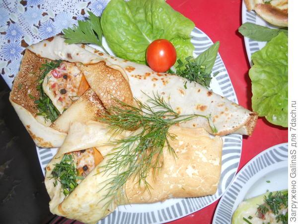 Ингредиенты:кабачки молодые, небольшие 2 шт.,болгарский перец 1 шт.,спелый помидор 1 шт.,луковица 1 шт.,сыр 100 г,морковь 1 шт.; для блинов:к оставшемуся кляру прибавить перекрученные кабачки и 1 ст. л. оливкового масла. для кляра:яйцо 1 шт.,сметана 2 ст. л.,мука 2 ст. л.,соль по вкусу.
