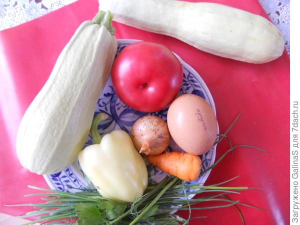 Шаг 1:Берём свежие овощи с огорода или рынка: 2 небольших молоденьких кабачка, перец болгарский, морковку, луковицу, помидор