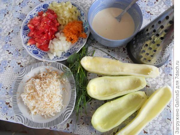 Шаг 2:Овощи режем. Кабачки разрезаем вдоль на 2 половинки и вынимаем ложкой середину. На мелкой тёрке трём сыр. Замешиваем в чашечке тесто для кляра.