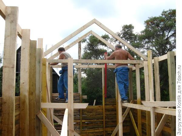 Бригада ставит стены и крышу