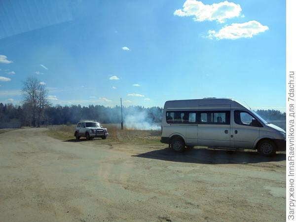 огонь далеко от машин