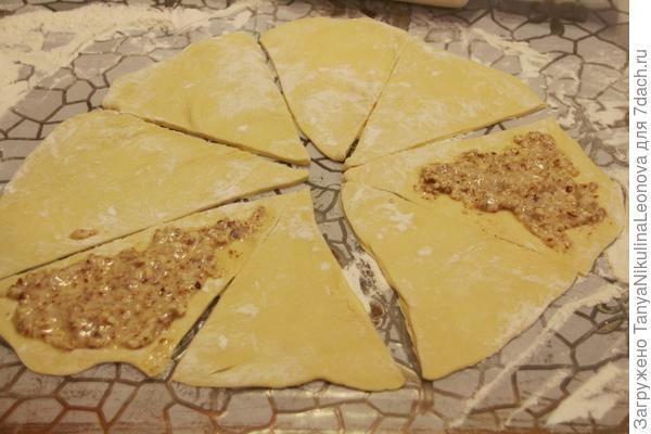 Выложить на треугольники начинку
