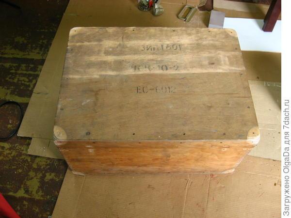 Ящик в процессе очищения от грязи