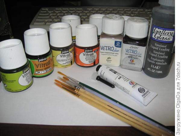 Витражные краски, контуры и кисти, которые я использую в работе.