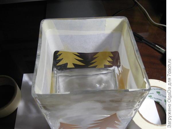 Малярный скотч на внутренней стороне вазы.