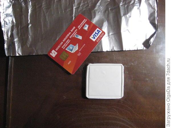 Пластиковой картой сделала рамку