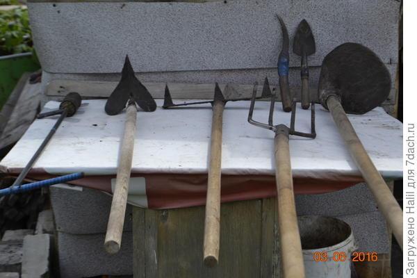 Вот такими инструментами пользуюсь при работе в огороде.С лева третий грабли для посадки чеснока и лука.А первое приспособление для посадки рассады помидор,перца,баклажан,капусты и так дали.