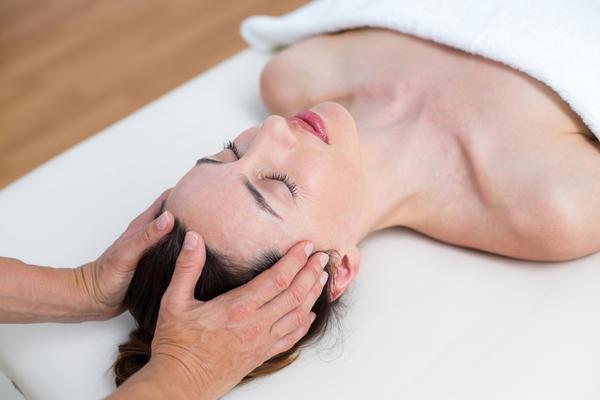Массаж точки у линии волос поможет облегчить симптомы менопаузы