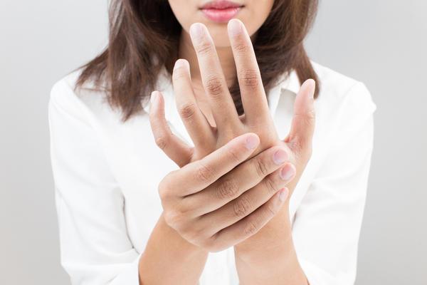 Надавливание на точку, расположенную между большим и указательным пальцами, помогает уменьшить болевые ощущения