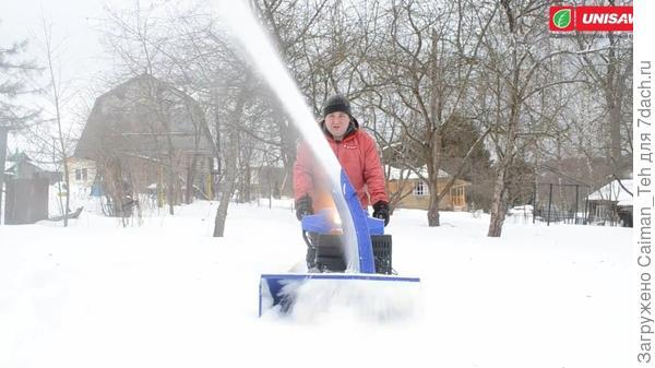 Выброс снега из раструба снегоотбрасывателя