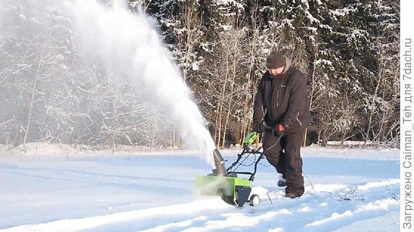 Электрический несамоходный одноступенчатый снегоуборщик в работе