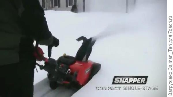 Лёгкий бензиновый снегоуборщик в работе