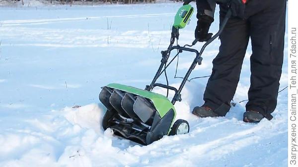 Лёгкий электрический снегоуборщик в работе