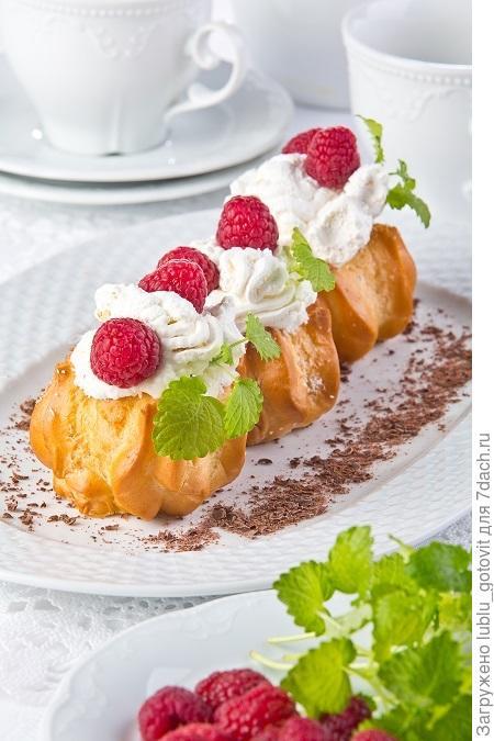 Заварные пирожные с малиной