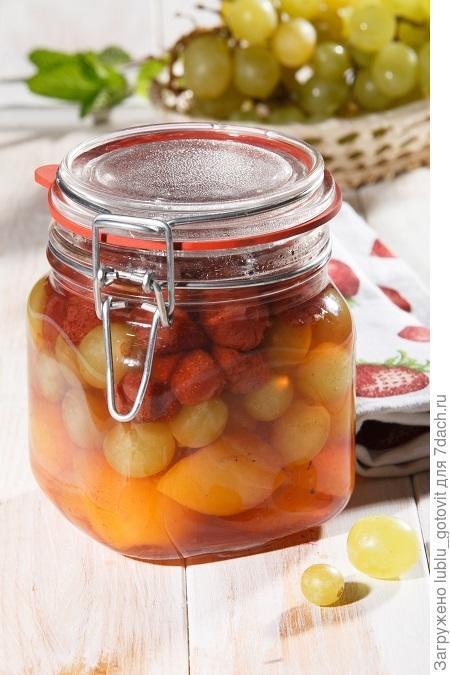 Компот из клубники, абрикосов и винограда