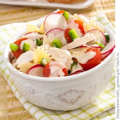 Салат с куриным филе, редисом и фигурными макаронами