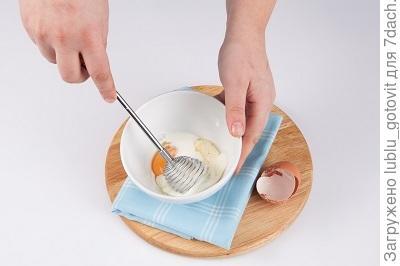 шаг 2. Взбиваем яйцо с простоквашей