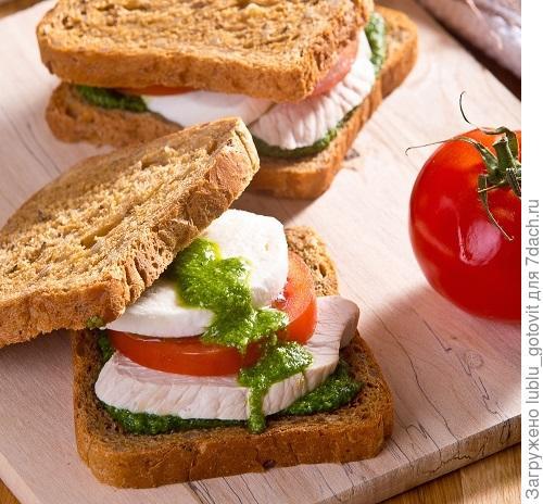 Сандвич с зеленым соусом