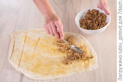Фото 2. По листу лаваша распределяем крошку печенья с маслом. Фото: К. Виноградов/BurdaMedia