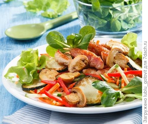 Теплый салат с индейкой  Фото: Олег Кулагин/BurdaMedia