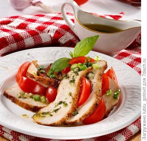 Салат из ломтиков индейки с помидорами и зеленым луком Фото: Олег Кулагин/BurdaMedia