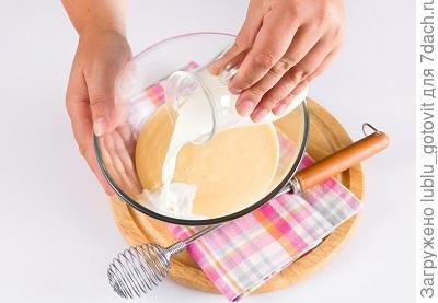 Фото 1. В тесто вливаем оставшееся молоко.