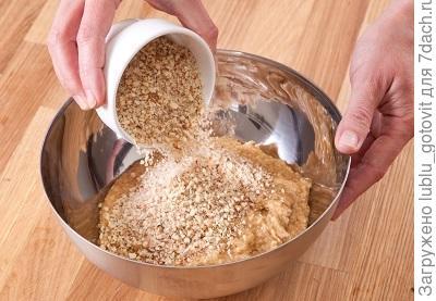 Фото 2. В тесто добавляем молотые орехи Фото: К. Виноградов/BurdaMedia