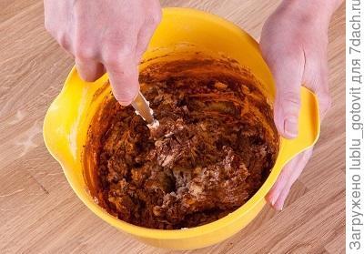 Фото 2. В одну часть теста подмешиваем порошок какао.