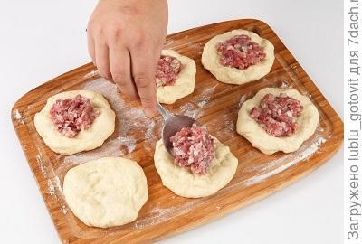 Фото 3. Делим тесто на лепешки и выкладываем начинку