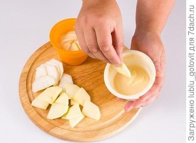 Фото 4. Выкладываем груши и яблоки в формочки.