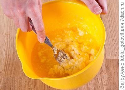 Фото 1. Перемешиваем творожную массу с маслом – с сахарным песком