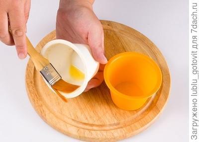 Фото 3. Смазываем формочки сливочным маслом.