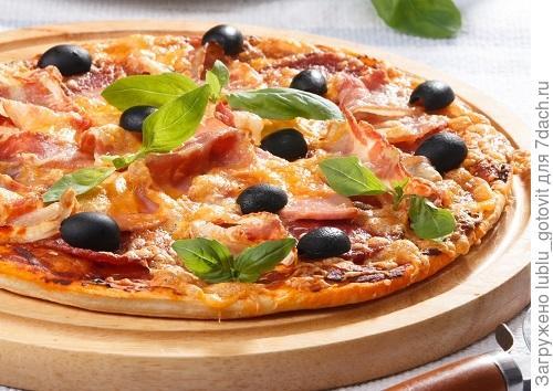 Острая пицца с салями, беконом и колбасой Фото: Олег Кулагин/BurdaMedia