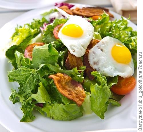 Салат с беконом и  перепелиными яйцами.  Фото: К. Виноградов/BurdaMedia