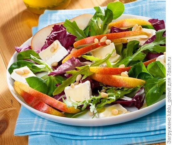 Зеленый салат с мягким сыром и грушами.  Фото: Олег Кулагин/BurdaMedia