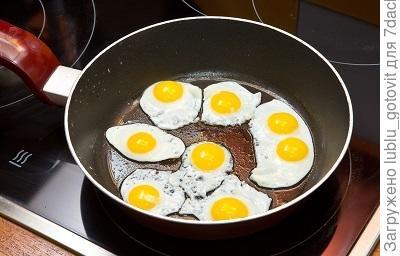 Шаг 3. Жарим перепелиные яйца
