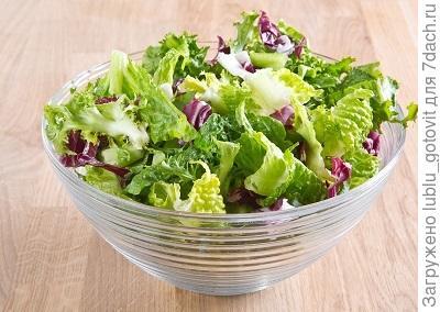 Шаг 1. Перебираем, промываем и обсушиваем листья салата