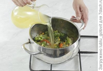 Шаг 4. Заливаем овощи бульоном и варим на медленном огне