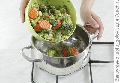 Шаг 3. Выкладываем замороженные овощи