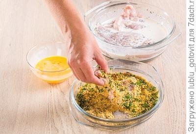 Шаг 4. Обваливаем кусочки филе в панировочной смеси