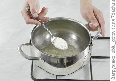 Шаг 2. Обжариваем лук и чеснок с мукой