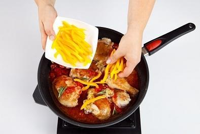 Шаг 3. Добавить овощи и розмарин