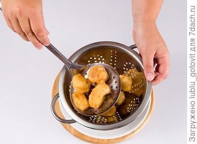 Шаг 4. Обжариваем фрукты во фритюре