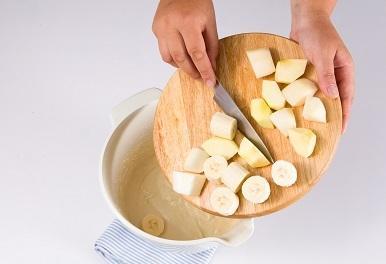 Шаг 3. Выкладываем фрукты в тесто