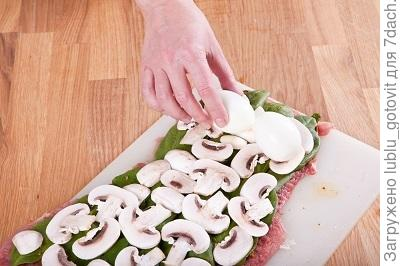 Шаг 4. Выкладываем грибы на шпинат