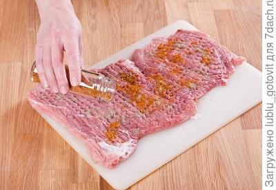 Шаг 2. Отбиваем мякоть свинины