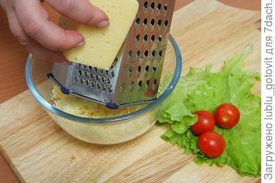 Шаг 2. Натираем сыр на мелкой терке