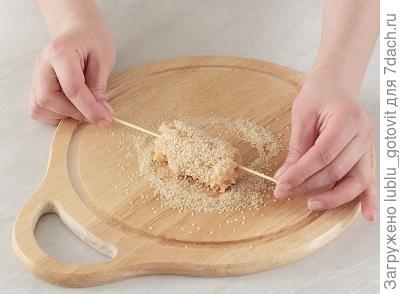 Шаг 3. Обвалять колбаски в кунжуте